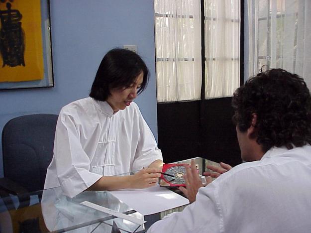 Mestre Wu Jyh Cherng com um Luo Djin na mão, com Oscar Maron, meu Mestre de I Ching