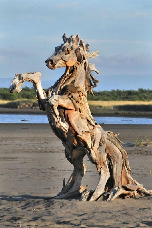 Cavalo de Madeira - de Jeff Uitto (com troncos que encontra ao longo da costa de Washington, USA)
