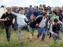 Cinegrafista húngara agride refugiados